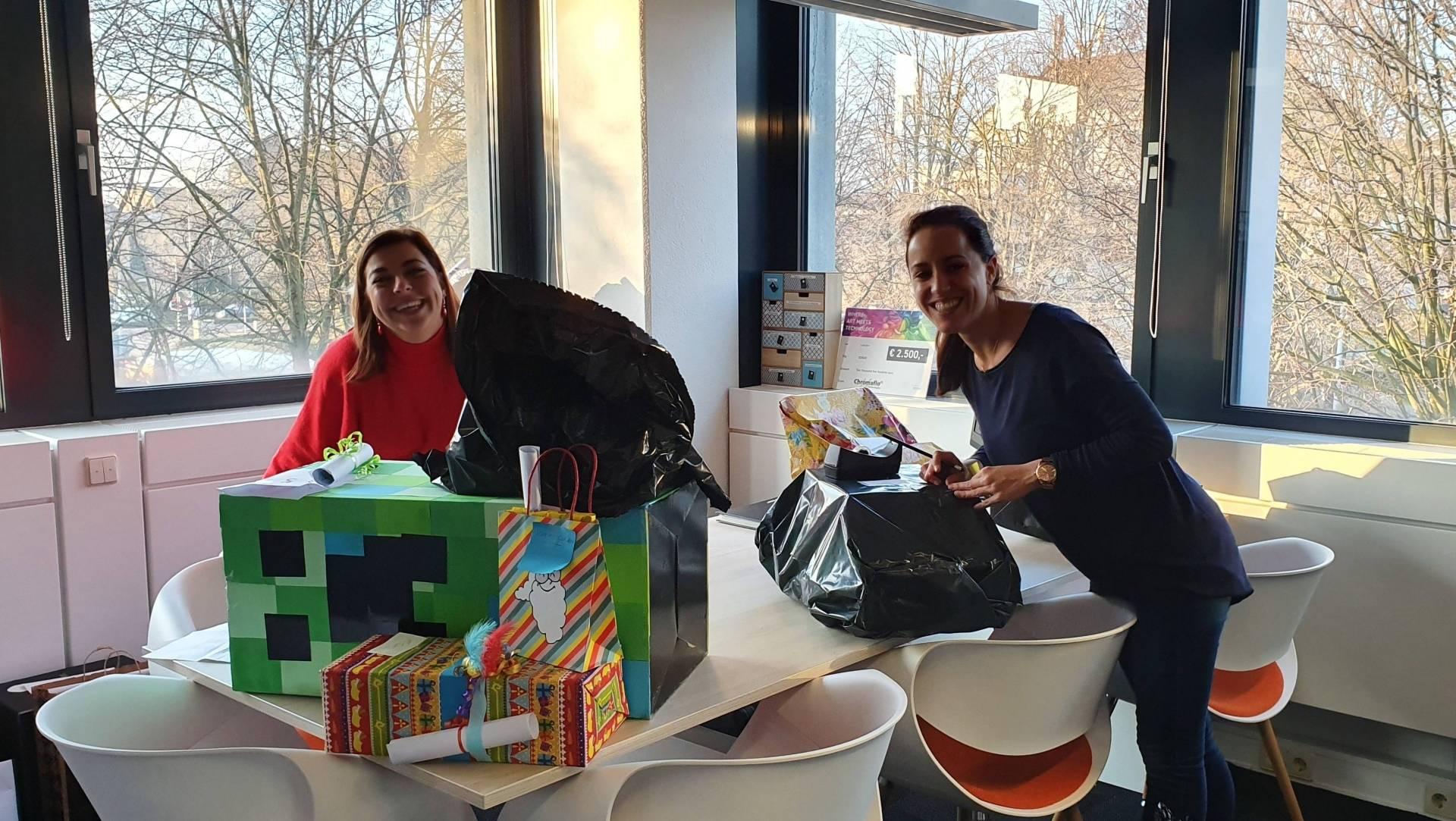 Twee enthousiaste medewerkers verzamelen de surprises voor XONAR