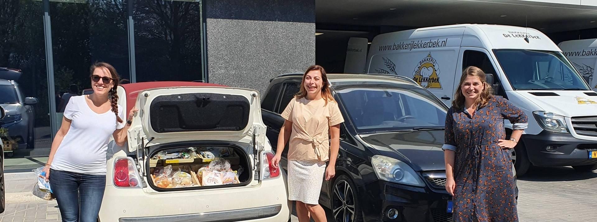 XONAR medewerkers  brengen paaspakketten rond